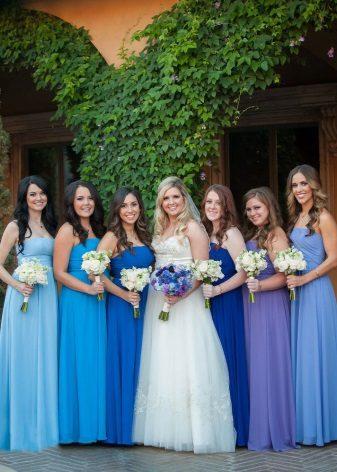 Sininen mekko eri sävyjen bridesmaidille