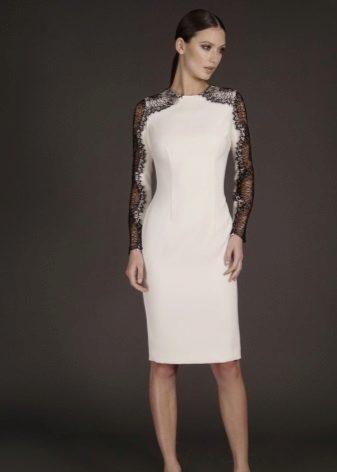 Gaun malam yang pendek dengan lengan renda
