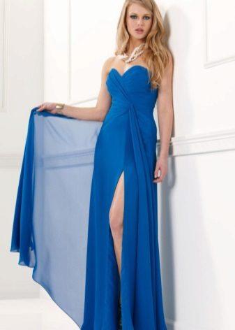 Vestido azul com uma fenda