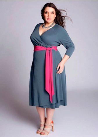 Vestido de noite para tamanho 56 com um cinto de contraste