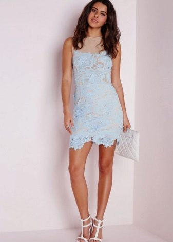 Blauwe jurk in combinatie met witte sandalen en witte clutch