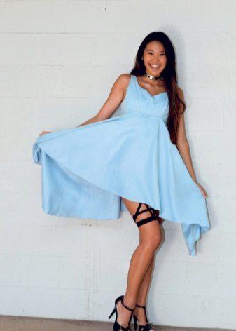 Blauwe jurk met zwarte schoenen