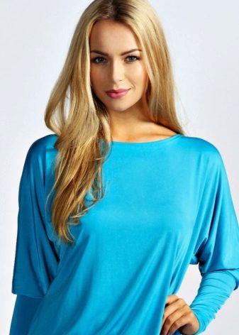 Make-upblonde onder een blauwe kleding