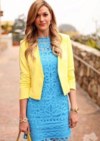 Gouden accessoires voor blauwe jurk