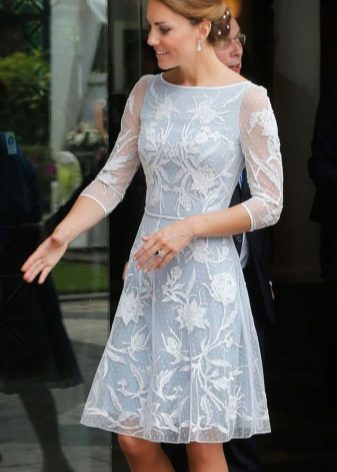 Kate Middleton Smuk hvid og blå kjole