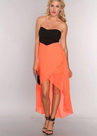 Coral-mekko, jossa on musta laukku ja sandaalit