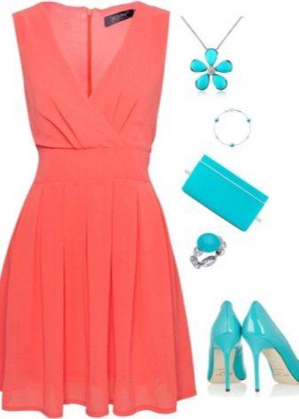 Coral-mekko yhdessä turkoosi-lisävarusteiden kanssa