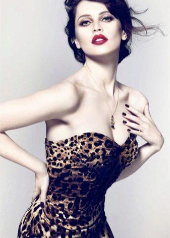 Seksi leopar elbise için makyaj