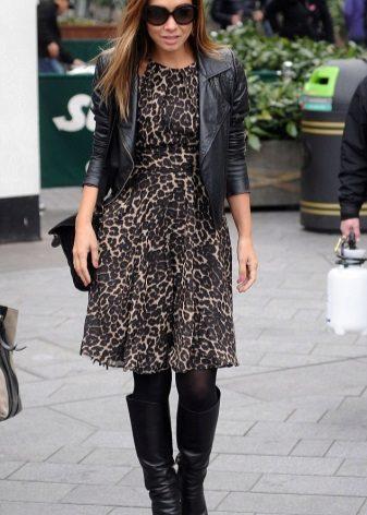 Siyah ceket ve leopar desenli elbise için botlar
