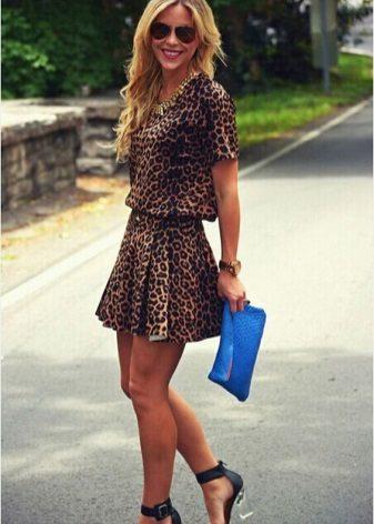 Mavi sandalet ve leopar elbiseden debriyaj