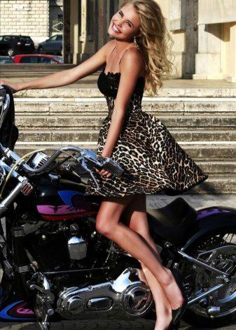 Leopar elbise ve siyah ayakkabılar