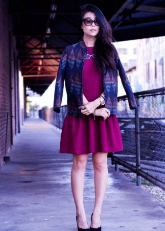 Dress crimson in combination with contrasting colors