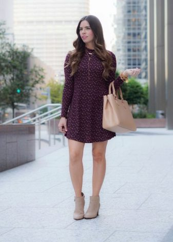 Beige ankle boots and a bag to the dress of wine color