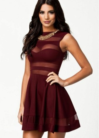 Gold jewelry to the dress of wine color