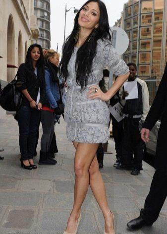 Nicole Scherzinger dalam pakaian kelabu