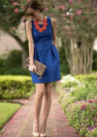 Koyu mavi elbiseye turuncu renkli aksesuarlar