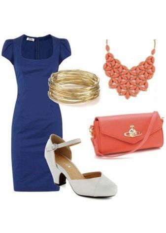 Koyu mavi elbiseye turuncu aksesuarlar