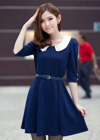 Beyaz yakalı koyu mavi elbise