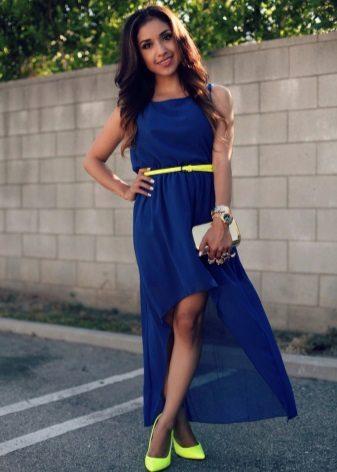 Koyu mavi elbiseye sarı ayakkabı
