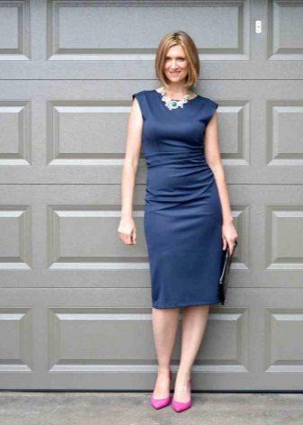 Koyu mavi elbiseye pembe ayakkabılar