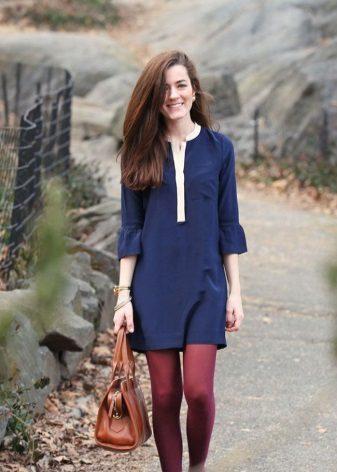 Koyu mavi elbiseye kırmızı tayt
