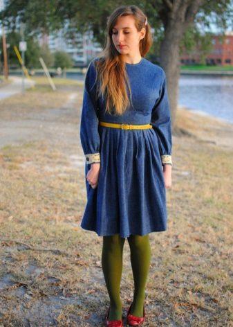 Koyu mavi elbiseye yeşil tayt