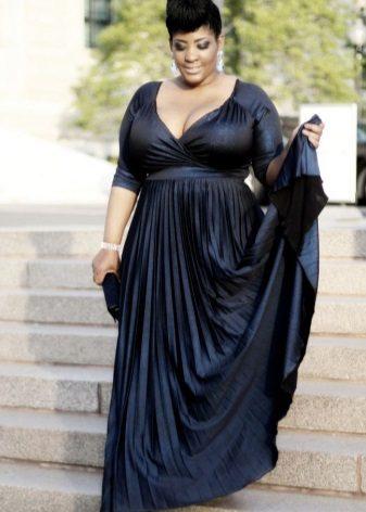 Zwarte jurk in een vloer voor vol met V-vormige snit