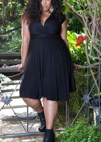 Zwarte jurk met een V-hals voor de volle lengte