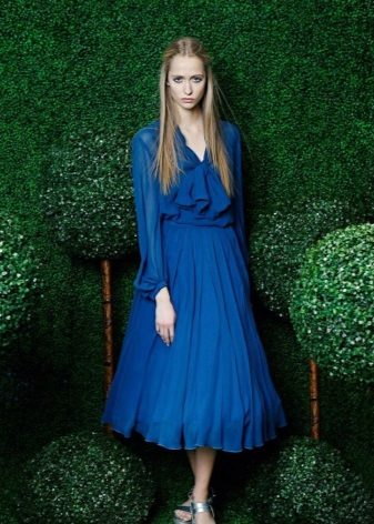 Soluk tenli mavi gözlü sarışın için mavi elbise