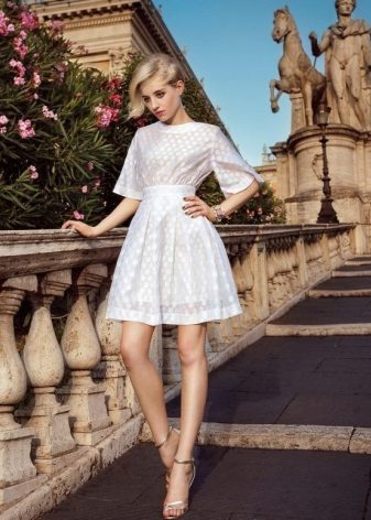 Soğuk tip sarışınlar için kar beyazı elbise