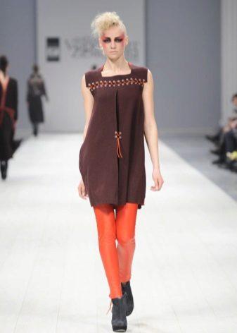 Orange strømpebukser under en brun kjole