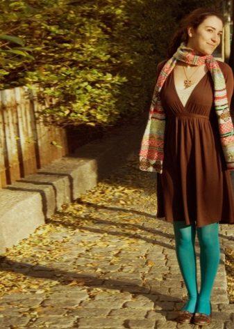 Emerald strømpebukser under en brun kjole