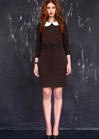 Mørkebrun kjole med hvid krave