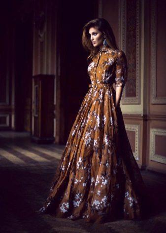 Brun kjole med hvidt mønster