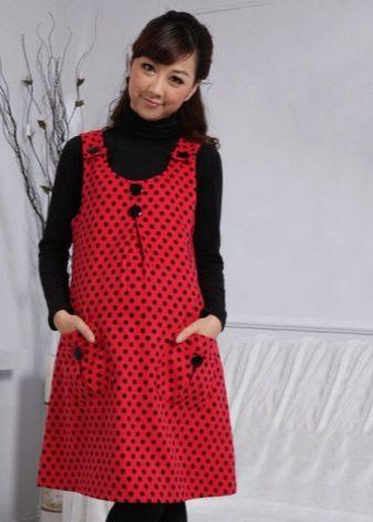 Червена рокля с черни точки на полка за бременни жени