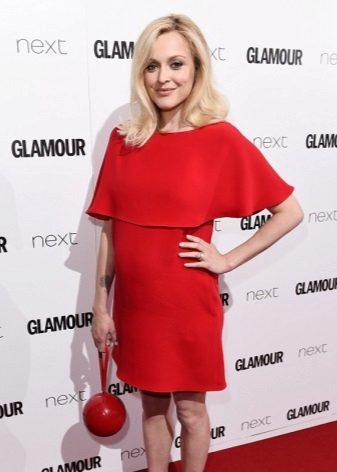 Червена рокля с червена чанта за бременни жени
