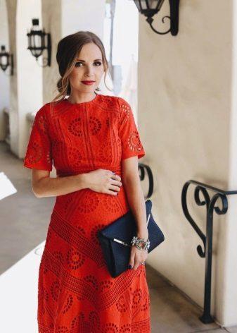 Червена рокля за бременни с черна чанта