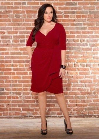 Rode jurk met draperie voor zwaarlijvige vrouwen