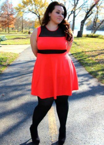Rode jurk voor zwaarlijvige vrouwencombo zwarte nek en zwarte riem