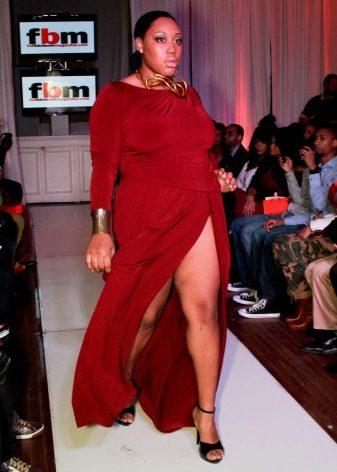Lange rode jurk met een grote split aan de voorkant voor zwaarlijvige vrouwen
