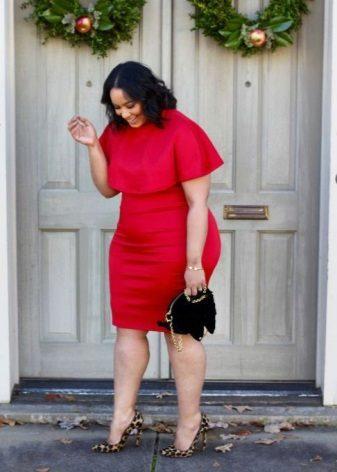 Rode jurk voor vrouwen met overgewicht in combinatie met een zwarte handtas en schoenen met schoenen met hoge hakken