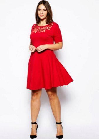 Rode korte jurk met guipurekant op de borst voor vrouwen met overgewicht
