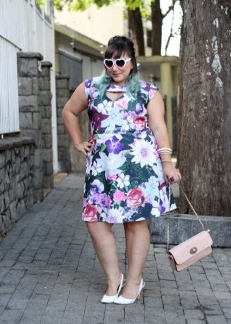 Een jurk van een eenvoudige snit voor zwaarlijvige vrouwen met een korte gestalte.