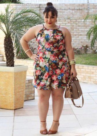 Eenvoudige jurk voor zwaarlijvige vrouwen met een korte gestalte