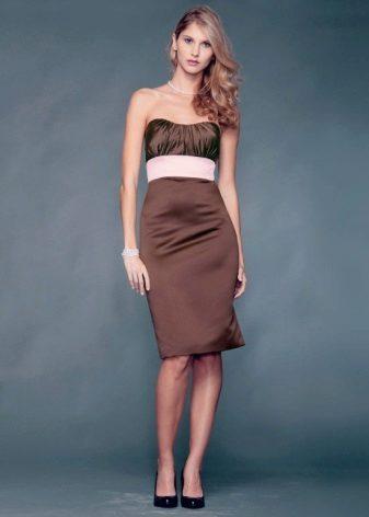 Sapatos pretos para o vestido cor de chocolate
