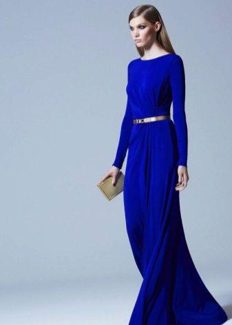 Suljettu sininen mekko lattialle