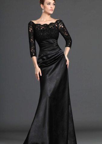 Suljettu musta mekko lattialle