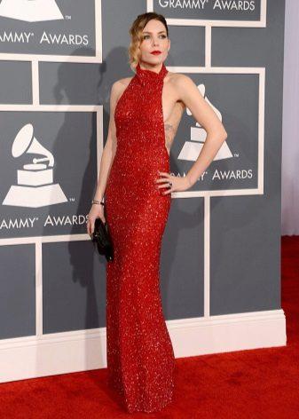 Punainen pitkä mekko, jossa on paljetteja