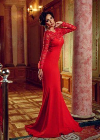 Pakaian panjang ketat merah dengan lengan guipure