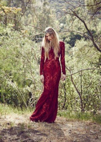 Lace läpinäkyvä burgundinen mekko lattialle